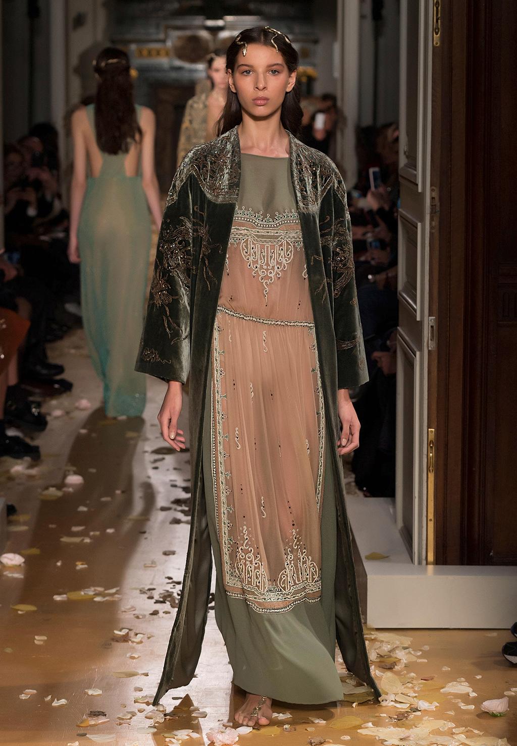 Valentino-Couture-Silhouette-33