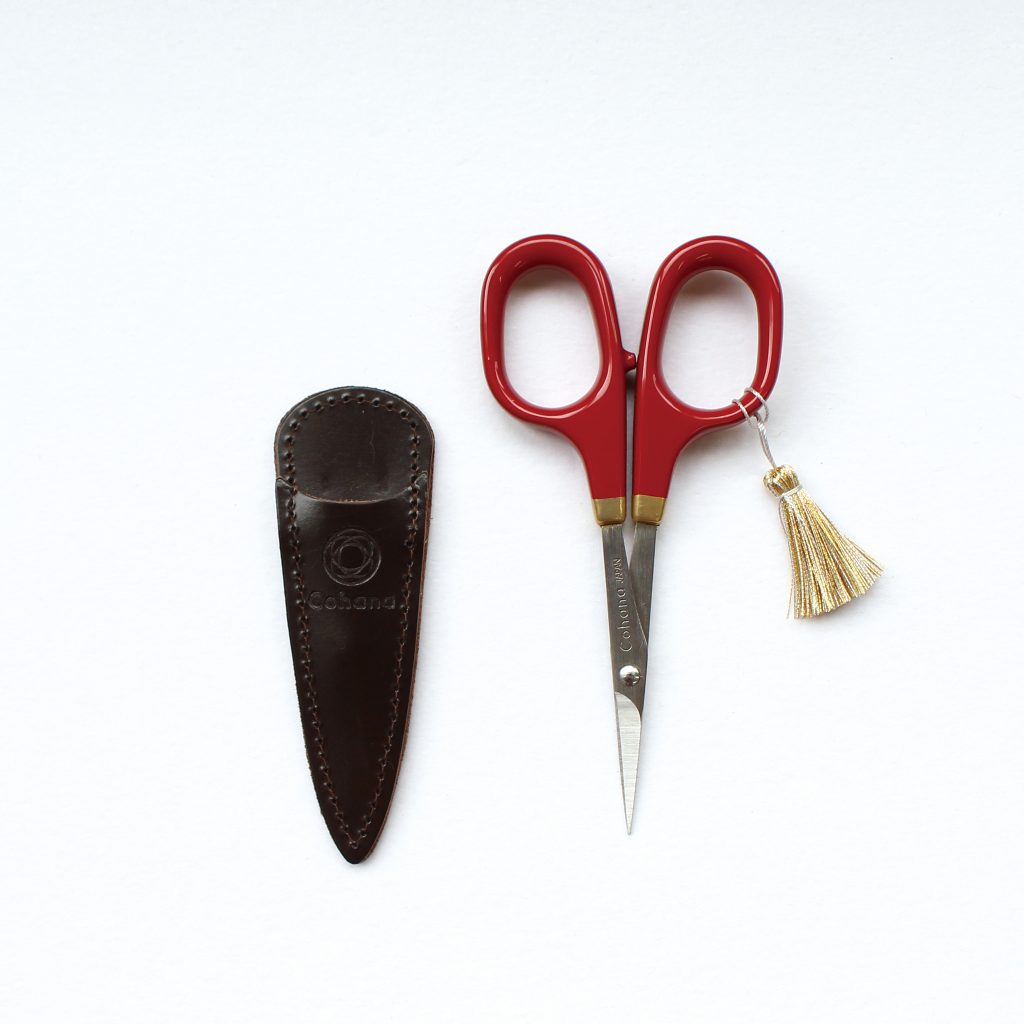 Cohana Small scissors with gold lacquer art (Shunuri-Painting / Red)  Small scissors made by Hasegawa Cutlery in Seki City, Gifu Prefecture, one of Japan's leading cutlery towns, are decorated with lacquer and gold lacquer that gives off a noble lustre.