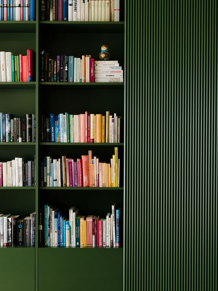 Details of the green box. In the Living Room, a ribbed panel, lacquered green, forms the edge of the bookshelf. Photo ©Robert Rieger, Courtesy of Ester Bruzkus Architekten.
