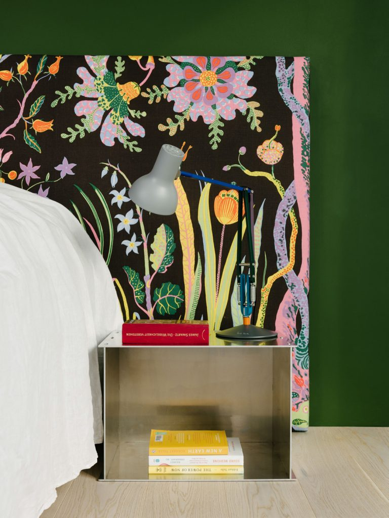 The headboard is an exuberant design by Josef Frank (produced by Svenskt Tenn). The bedroom is located between the green box and a floor-toceiling glass wall to an outside terrace. Photo ©Robert Rieger, Courtesy of Ester Bruzkus Architekten.